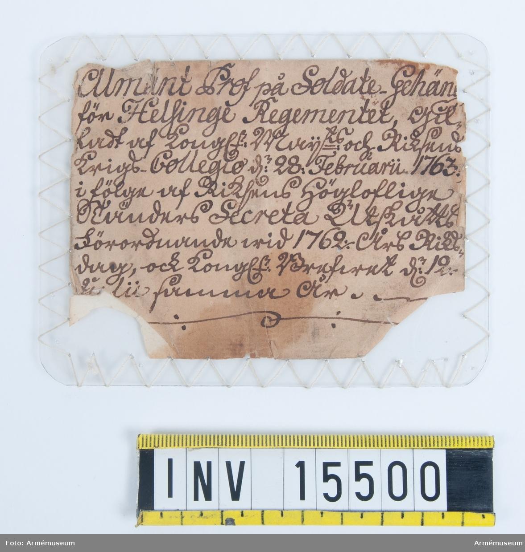 """Grupp C I. Livgehäng för värja. Modelletikett med text: """"Allmänt Prof på Soldate-Gehäng för Helsinge Regementet, Gillad af Konungen (?) och Riksdagens Krigs Collegio d. 28: Februarii 1763. i fölge af Rikstans Höglofliga (?) Secreta Utskått Förordnande vid 1762 års Riksdag, och Konung (?) d. 12. Julii (?)."""""""