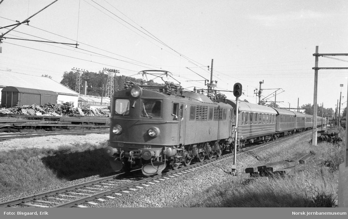 Svensk lokomotiv litra F nr. 623 ankommer Ski stasjon med hurtigtog