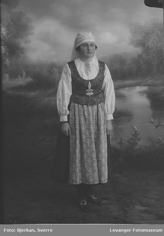 Portrett av Olaug Sæteraas.