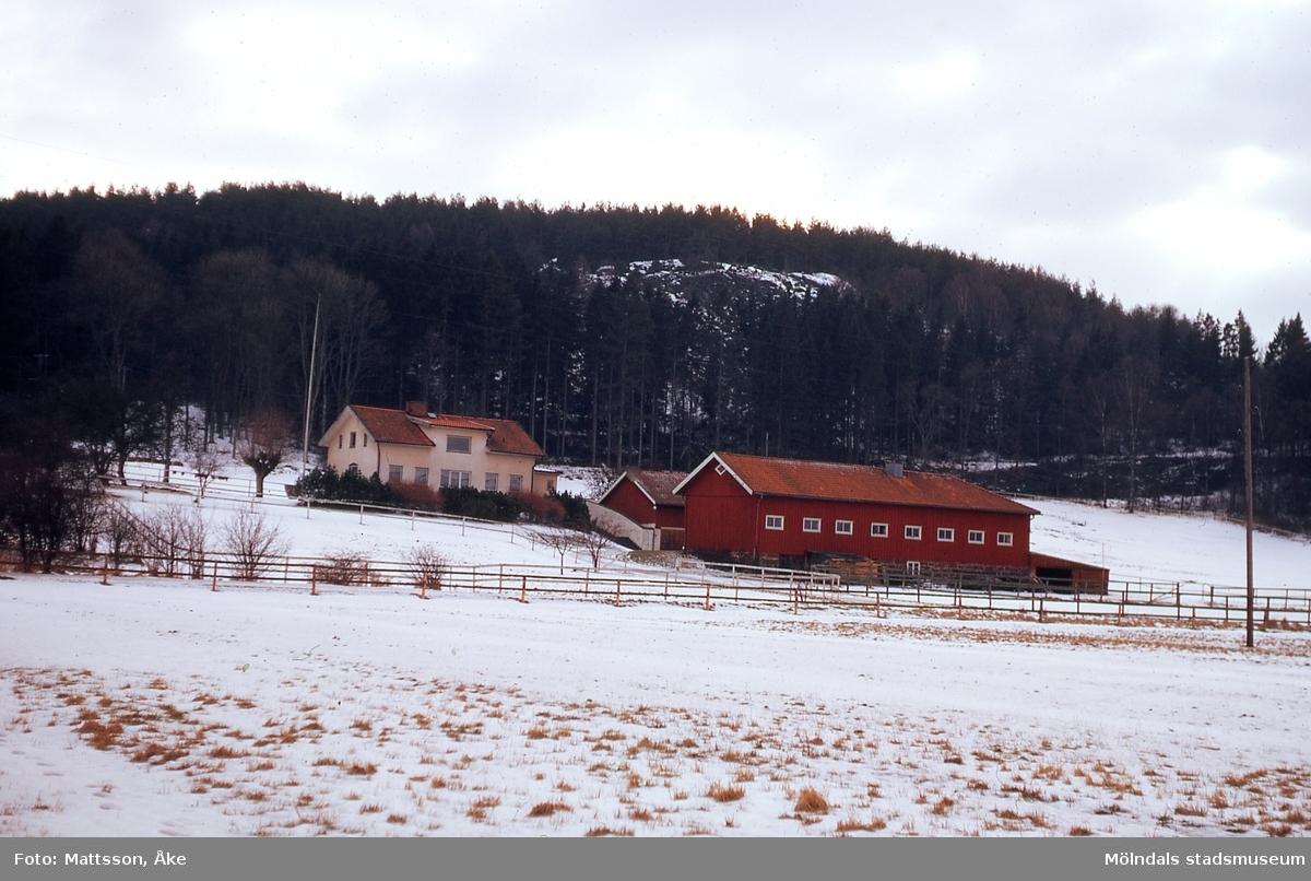 Vintervy mot bebyggelse på Taljegården 1 i Kärra, Mölndal, år 1965.