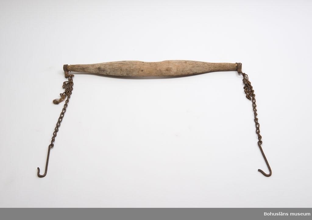 Avlångt trästycke med en kedja i varje ända. Kedjornas längd kan regleras och har en krok längst ner. I trästycket är det ett uttag för nacken på den ena långsidan. Oket vilar på axlarna och är urgröpt för att ligga bra. Använt t.ex. vid transport av hinkar med vatten.