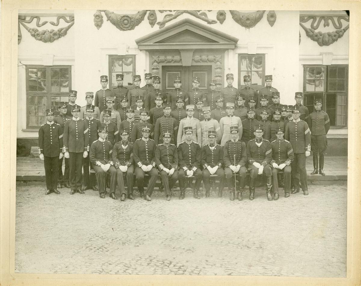 Grupporträtt av elever från krigsskolan på Karlberg, 1926.