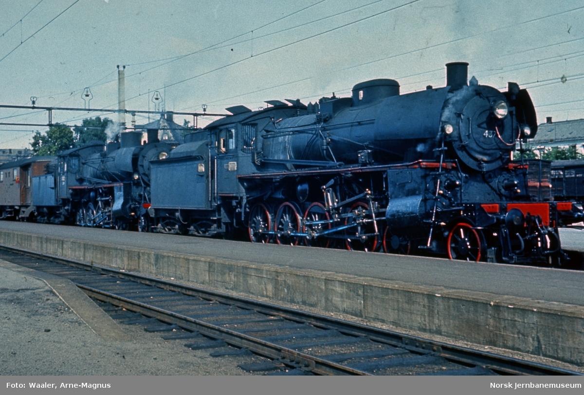 Damplokomotiv type 26c nr. 437 og 399 foran dagtog 301 til Rørosbanen på Hamar stasjon