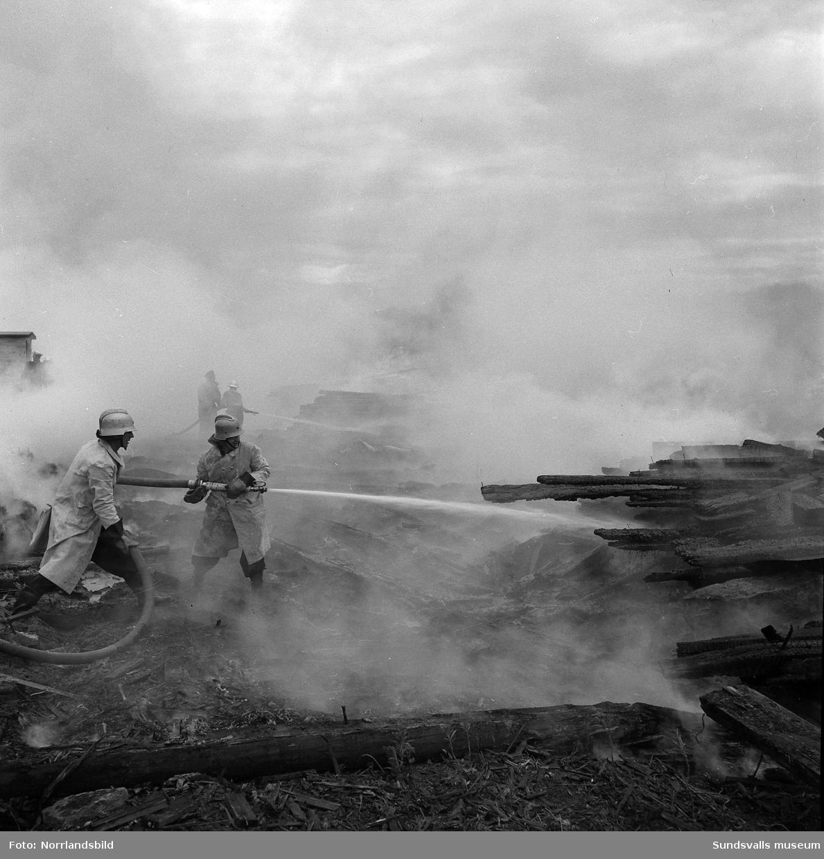 Brand på brädgården vid Sunds nedlagda sågverk. Brandmän från såväl Sundsvalls som Sköns brandkårer kämpade med släckningsarbetet som blev besvärligt på grund av blåsten.