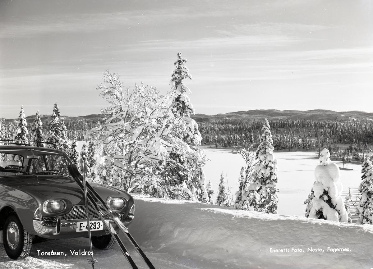 Vinter ved Tonsvatnet på Tonsåsen.  Ein bil er parkert ved brøytekanten og eit par ski ligg mot panseret.