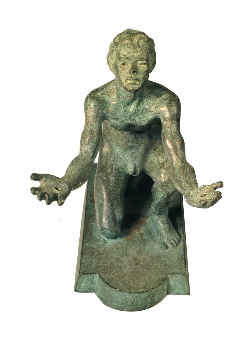 Statyett i brons, föreställande pojke, sign John Runer.