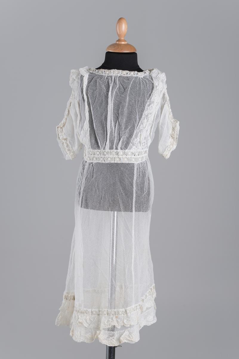 381721d4 Naturhvit barnekjole, påsydd topp på skjørt, dekorert med blonder nederst  på ermer, rundt