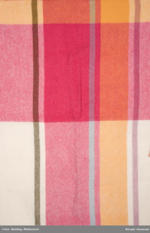 En prøve. Stripete. Med brede striper horisontalt, slik at det blir et rutemønster.
