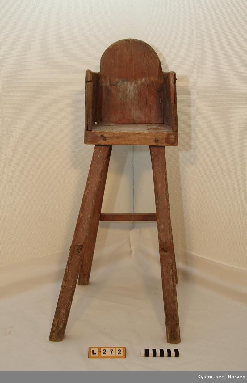 Stolen er velbrukt, og er ganske ustødig. Det mangler tre tverrgående trestykker som skulle holdt beina sammen. Stolen er satt sammen av hele trestykker i setet. Sidene har hull for å feste skinn eller tau, slik at barnet ikke skal falle ut.