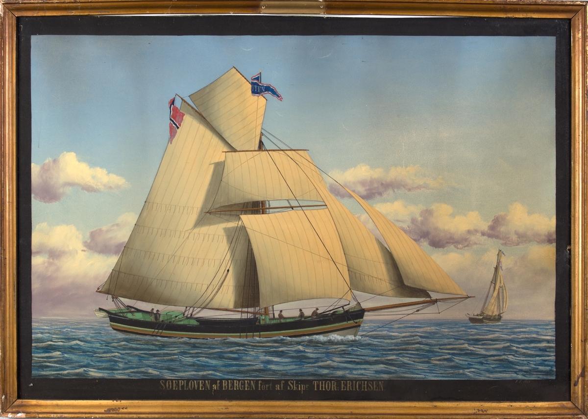 Skipsportrett av jakten SØEPLOVEN på åpent hav, fem mann ombord. Skipet sees også fra akter til høyre i motivet.