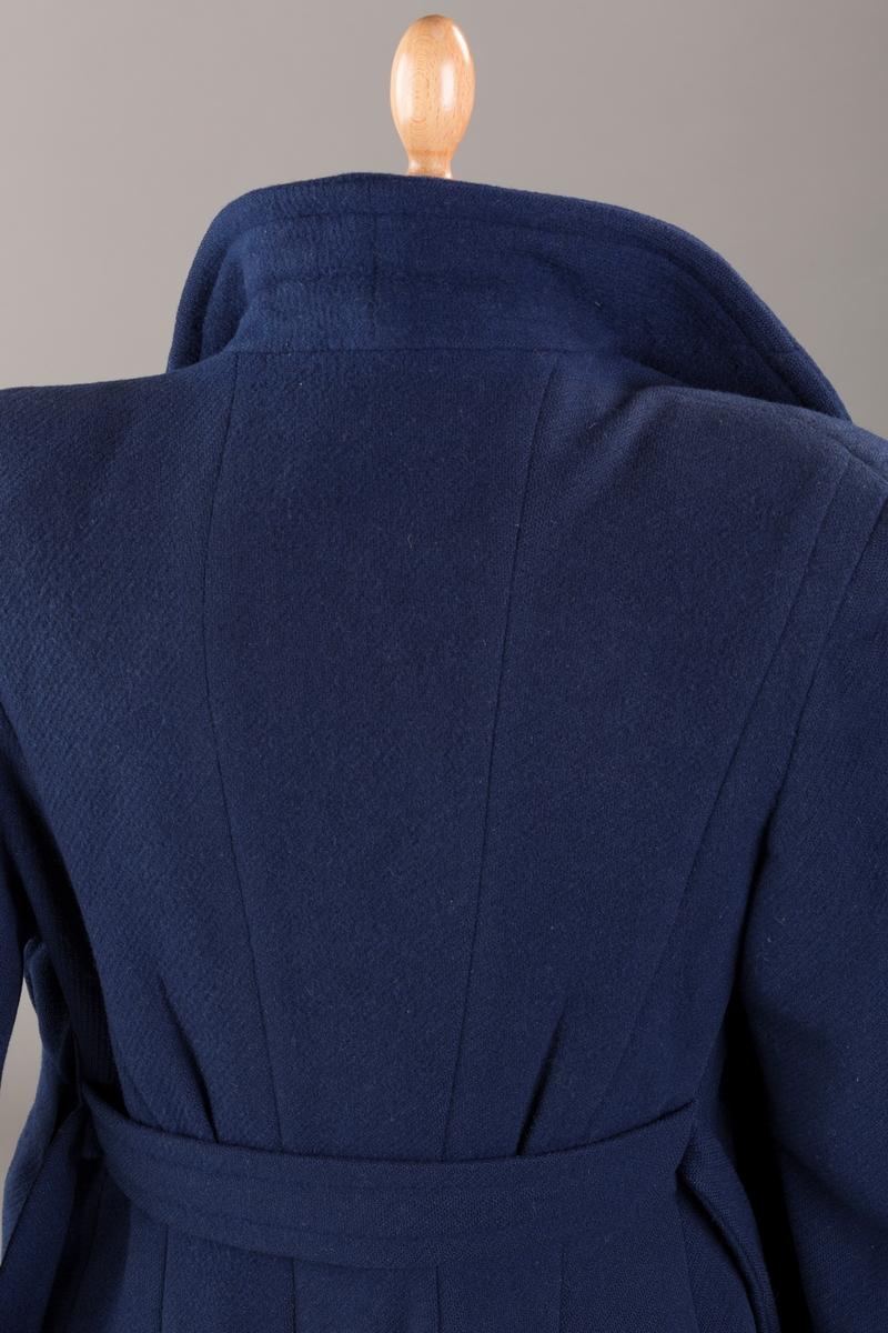Legg ned foran fra skuldrene; dekorativt utfprmede lommer.