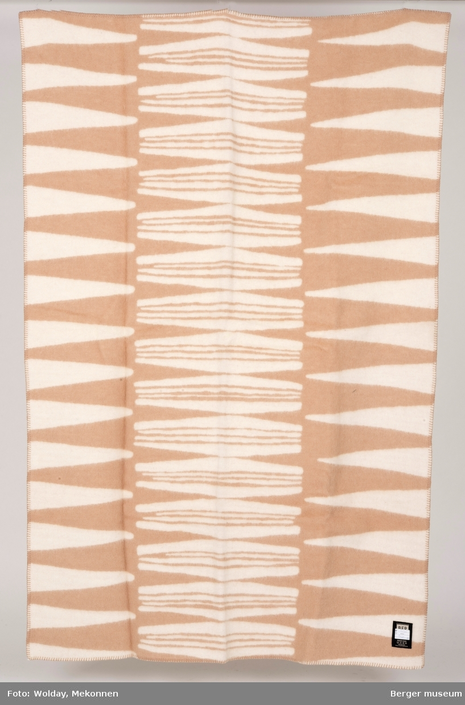 Mønsteret er som avrundede spisser inn fra siden som speiles i midten av pleddet. Det er ingen bord