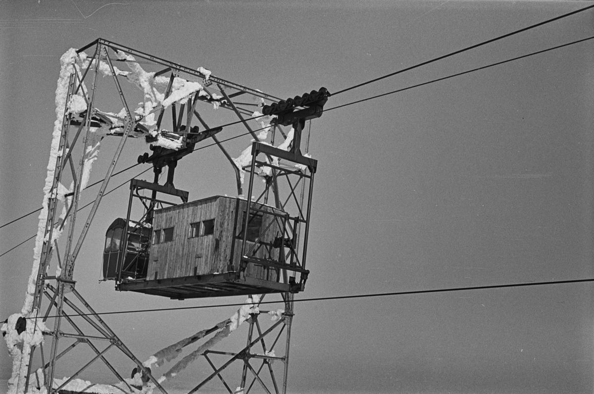 Gondolen til tavbanen til forsvarets radaranlegg på Hummelfjell ved Os i Østerdalen passerer mast nr. 24.