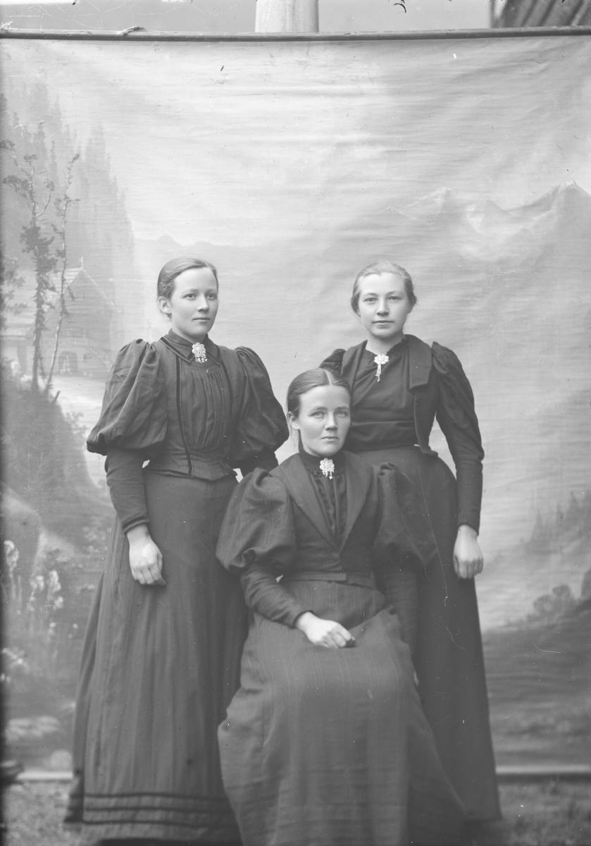 Gruppebilde, helfigur, Karen Teige med to kvinner