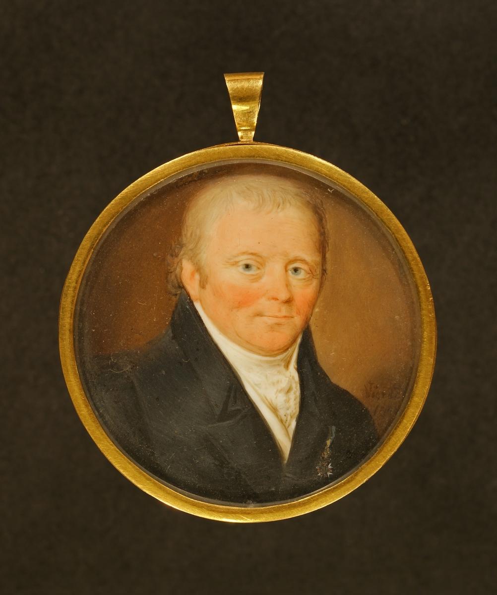 Porträtt föreställande kapten Georg Gustaf Ahnström i uniform. Bröstbild Face åt höger. Brungrå bakgrund.