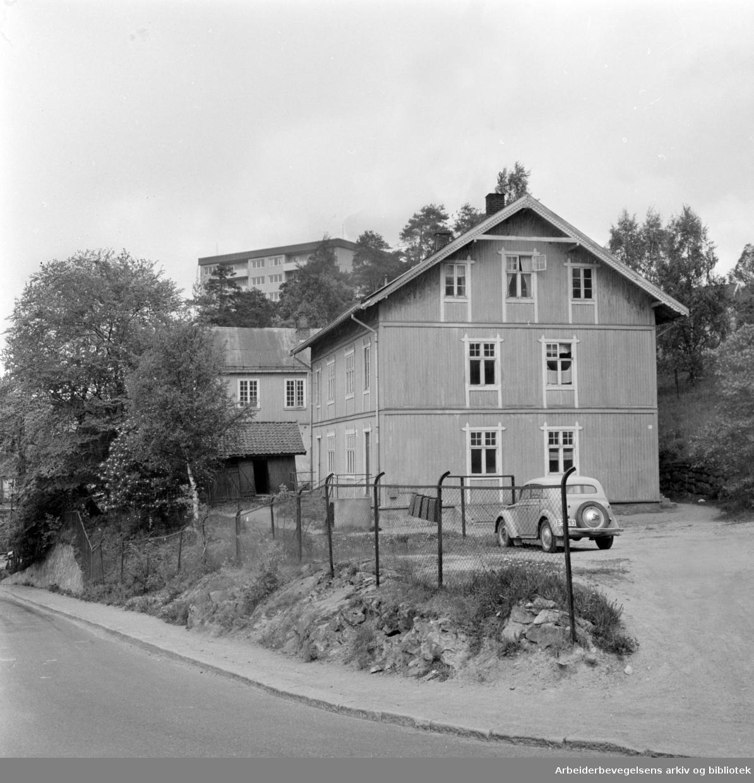 Tvetenveien. Gamle fyrstikkarbeiderboliger. Juli 1964