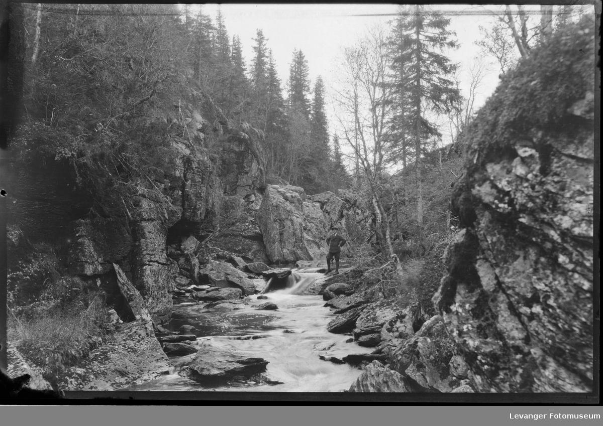 Karl Lullau på tur ved Dølaelva i Ogndalen, Steinkjer.