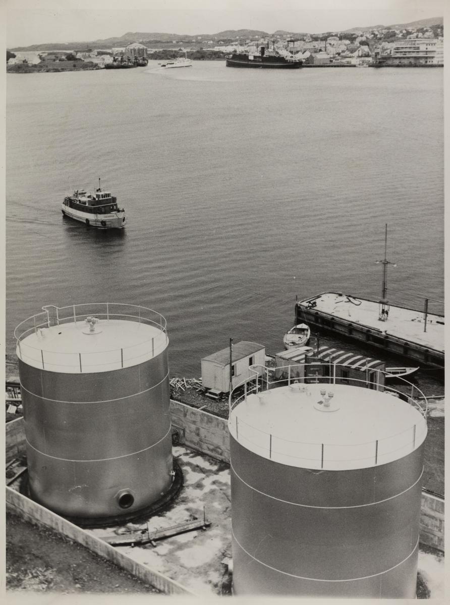 Omegnen I - Byen sett mot nordost fra NOR's Oljetanker på Karmøy ca.1958. Til venstre Vibrandsøen. Det store murhuset bak hvalbåtene er Stålehuset.