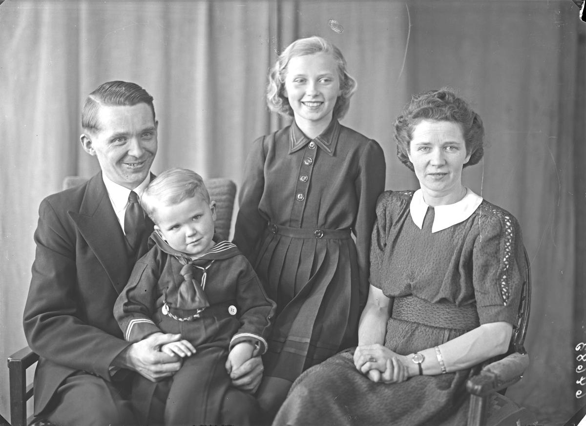 Portrett. Familiegruppe på fire. Ung mann, ung kvinne , pike og ung gutt. Bestilt av Harald Pedersen. Sørhaugt. 207.