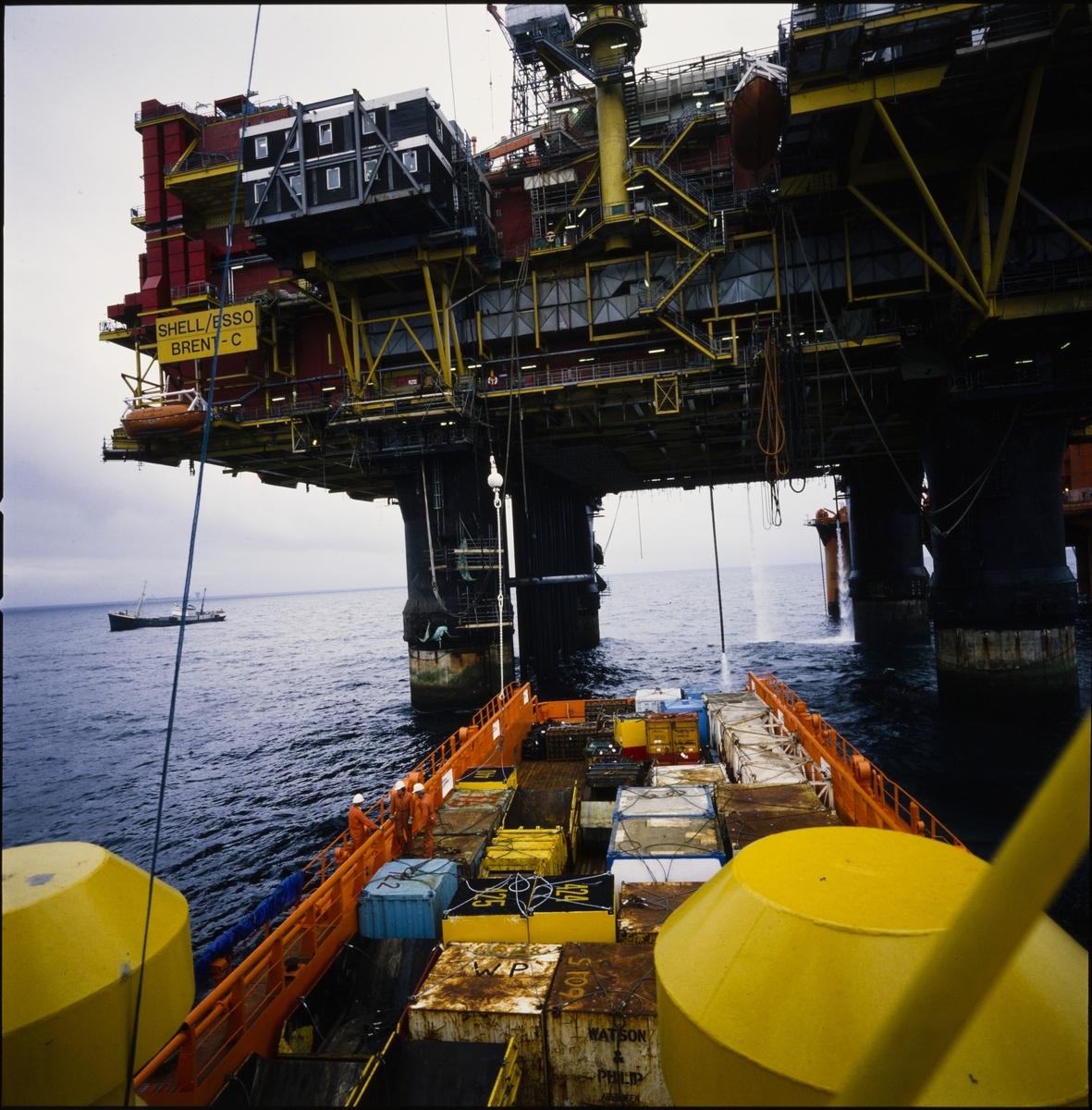 Østensjø rederi sitt plattformskip, Edda Sprite, leverer forsyninger (supply) til Brent-C plattformen til Shell og Esso.