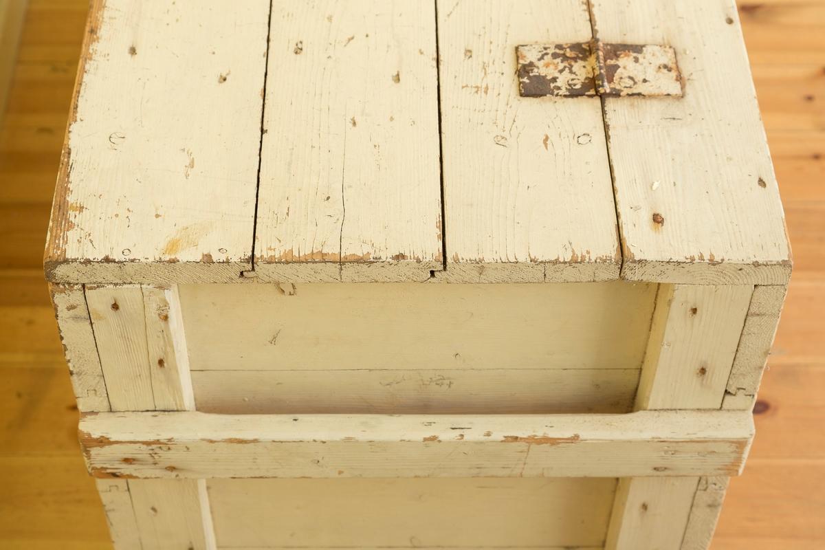 Trekasse kledd med tynn blikk antagelig sink på innsiden. Trolig brukt som kjølekasse. Åpnes med to jernhenglser på oversiden.