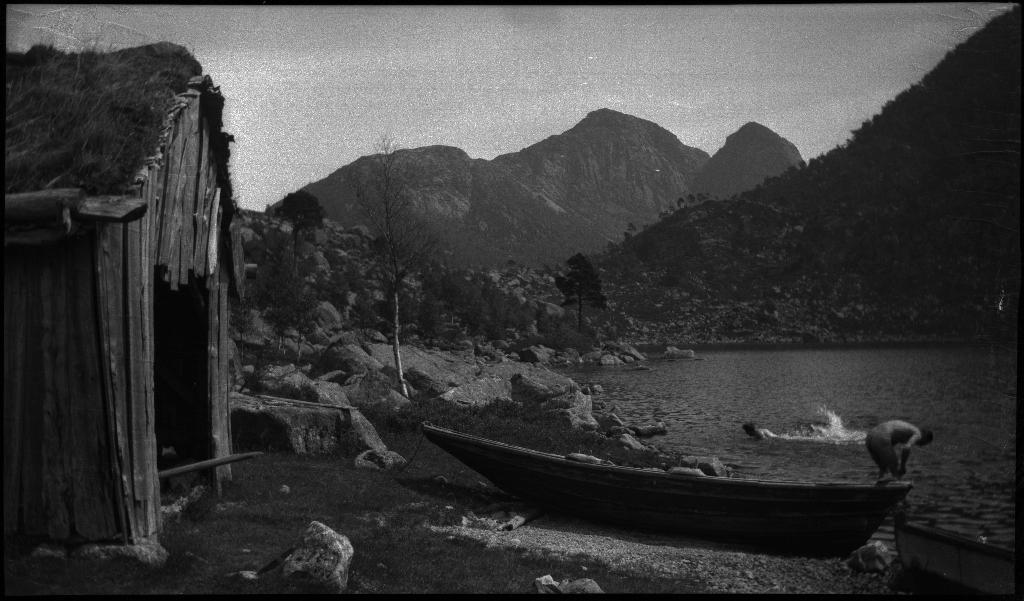 Bilder fra Dalavantet i Strand kommune. Otto Olsen og Lindtner bader og gjør i stand en harpe til fisking i ei lita vik med et naust og flere robåter. Et eldre par smiler til fotografen. I bakgrunnen på bilde nr. 6 stikker Småsilhornet opp.
