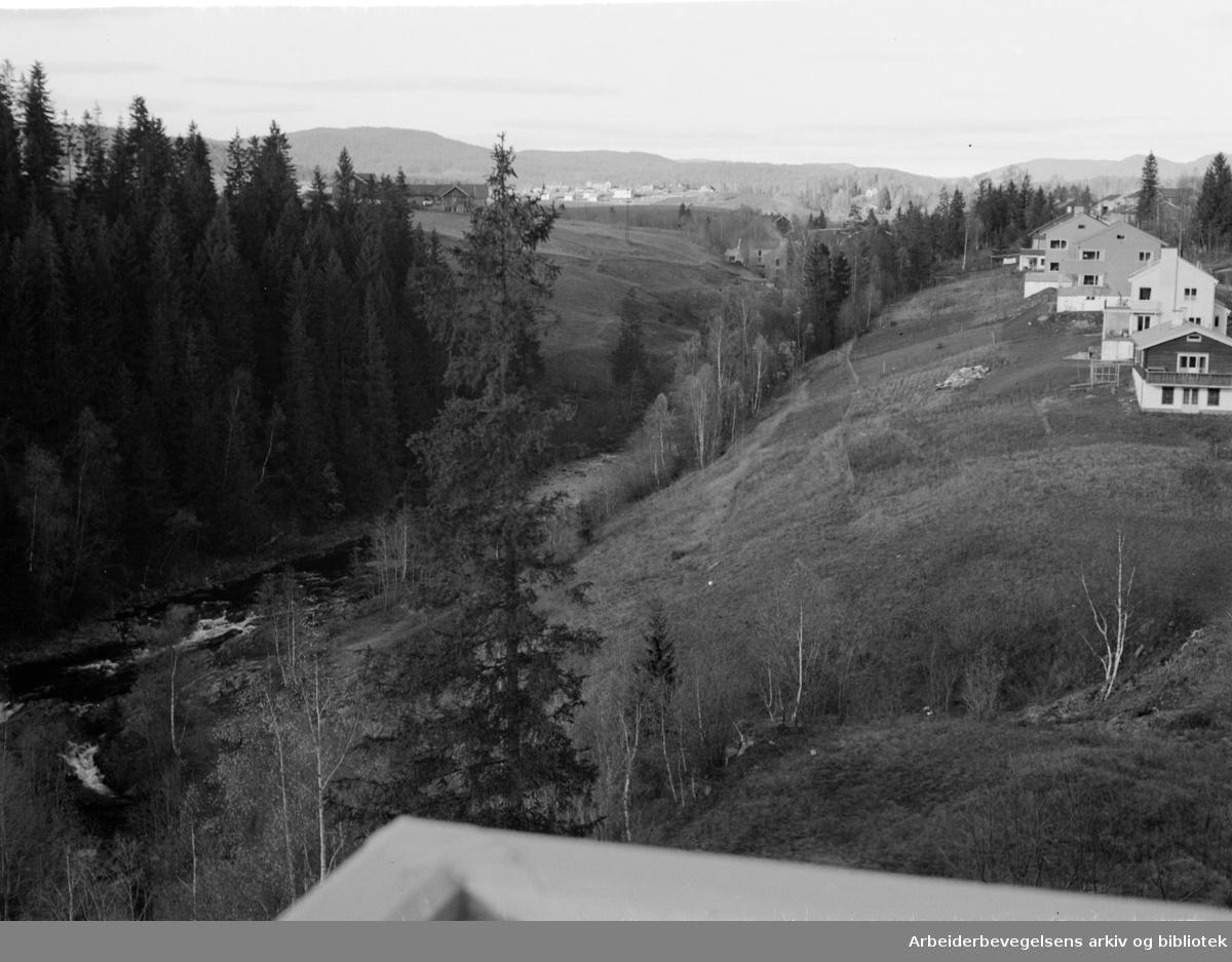 Røa. Det bygges langs Lysakerelva. November 1947