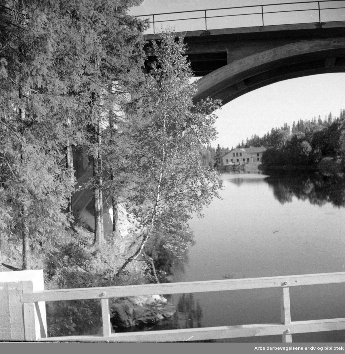 Røa. Røabanens bru over Lysakerelva. Juli 1948