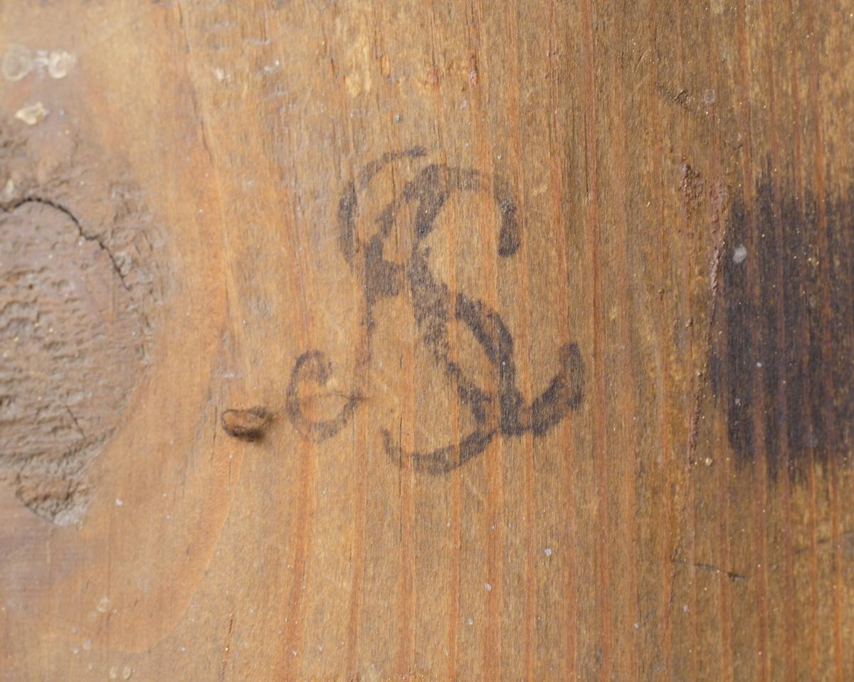 Bordsspegel, gustaviansk. Rektangulär modell, med förgylld dekor av lagergirlander och snäcka (överst). På baksidan ett stöd av trä.  Tillverkningsstämplar: bl a Norrköpings hallstämpel och ASC (Anders Carlsson) på baksidan av spegeln.