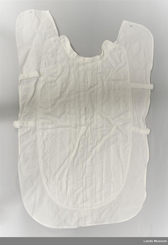 To stk løse skjortebryst. Biser nedsydder i fronten. Uten fastsydd krave. To knapper fastsydd. For smokingskjorte. Merke ved linning. Svakt rynket.