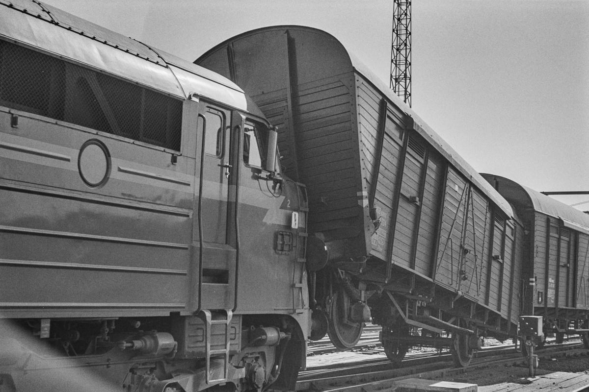 Sammenstøt mellom diesellokomotiv og godsvogner ved Ravnklo bru på Trondheim stasjon. Diesellokomotiv type Di 3 nr. 607.