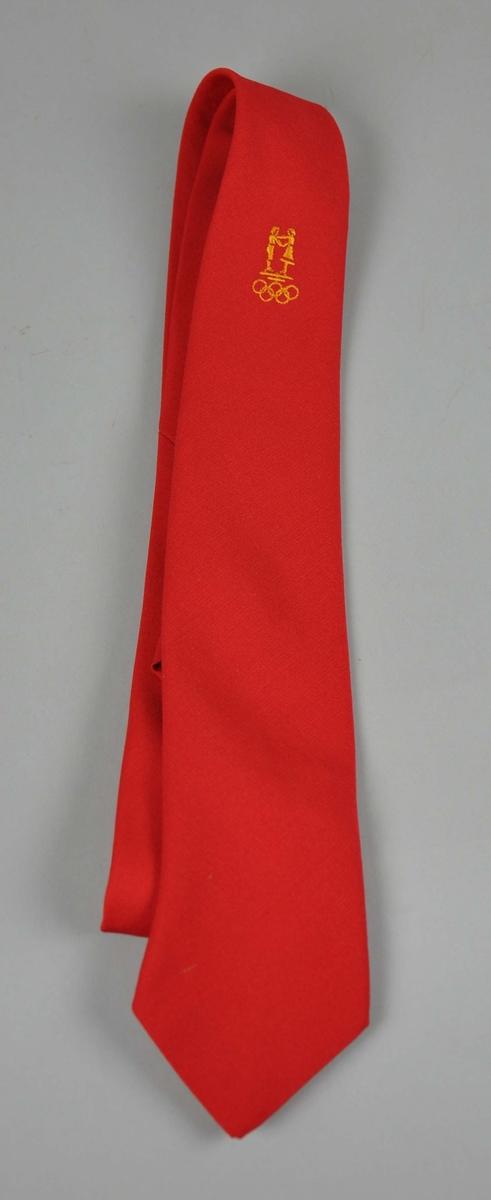 Rødt slips  med NOK/NIFsin  logo og de olympiske ringene påbrodert i sennepsgult.To like.
