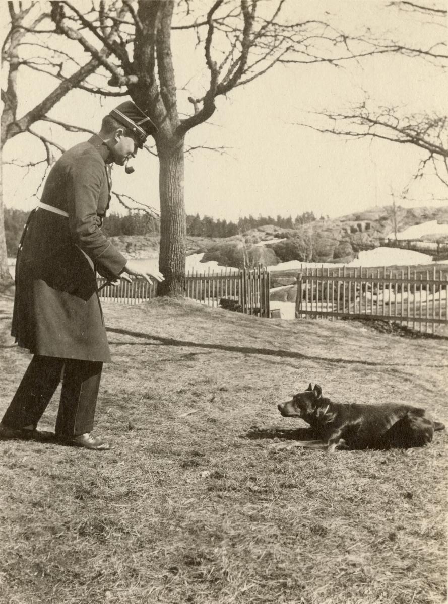 Officer vid Göta livgarde I 2 med hund.