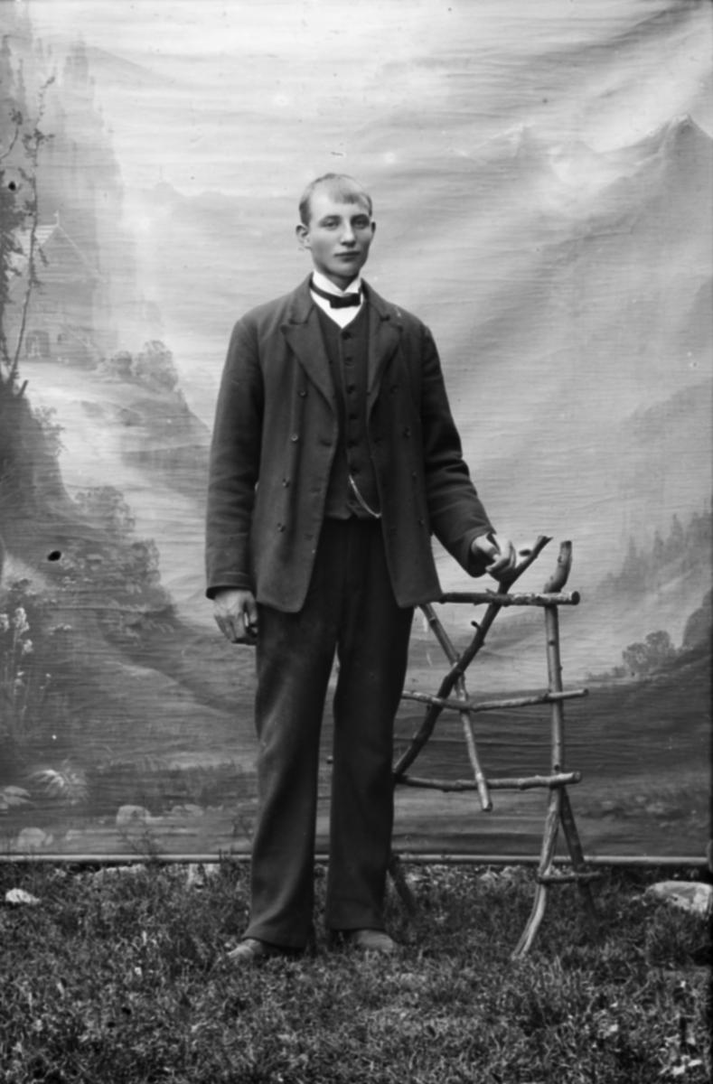 Portrett, ung mann, helfigur, Ludvig Pedersen Sten, som var jernbanearbeider fra Øyer.