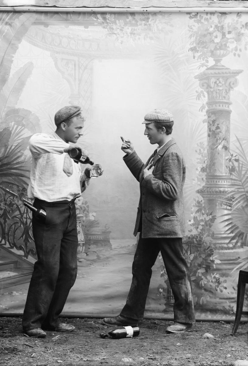 Arrangert bilde, to menn i diskusjon under en rangel. Trond Loftsgaard til venstre.