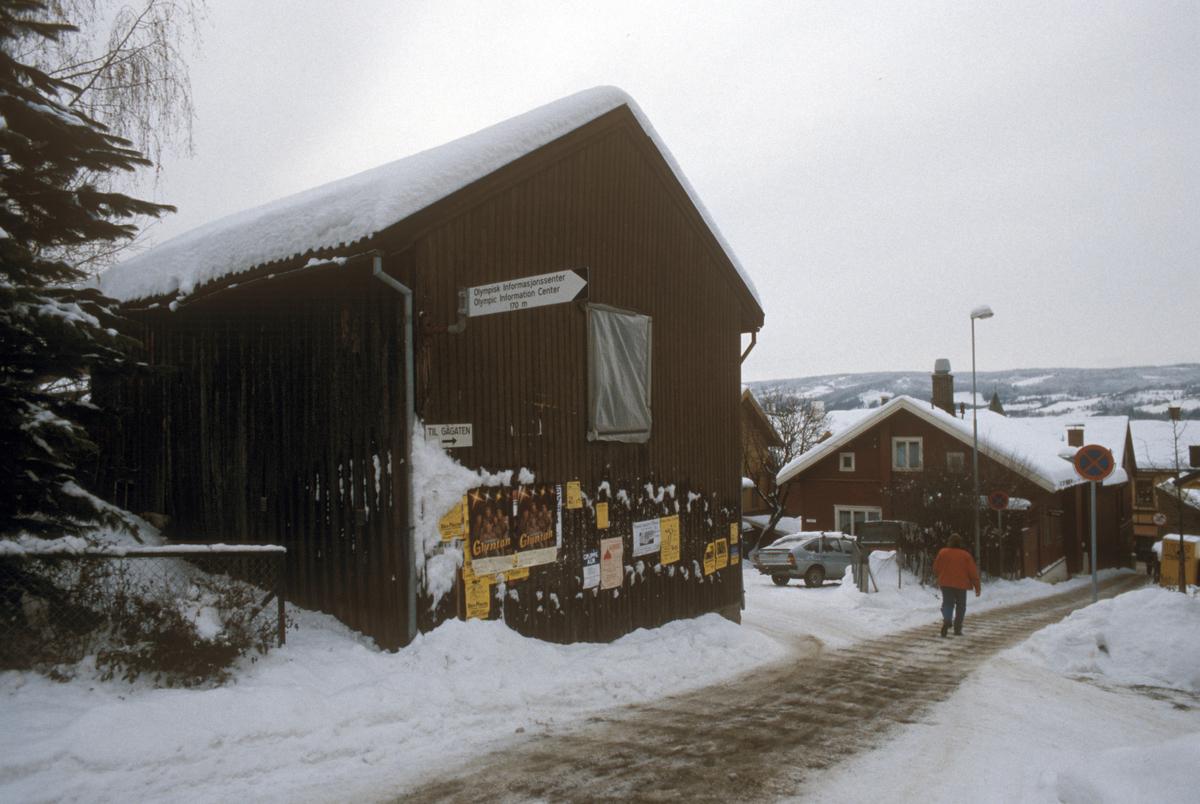Lillehammer, sentrum, uthus til G. C. Lundes eft. A/S, gutu i forgrunnen, mot sør-vest