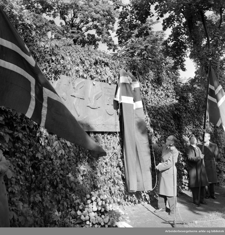 Vår Frelsers gravlund. Sjømennenes urnelund. Gunvald Hauge, Sjømannsforbundet, avduker bronserelieff. September 1957