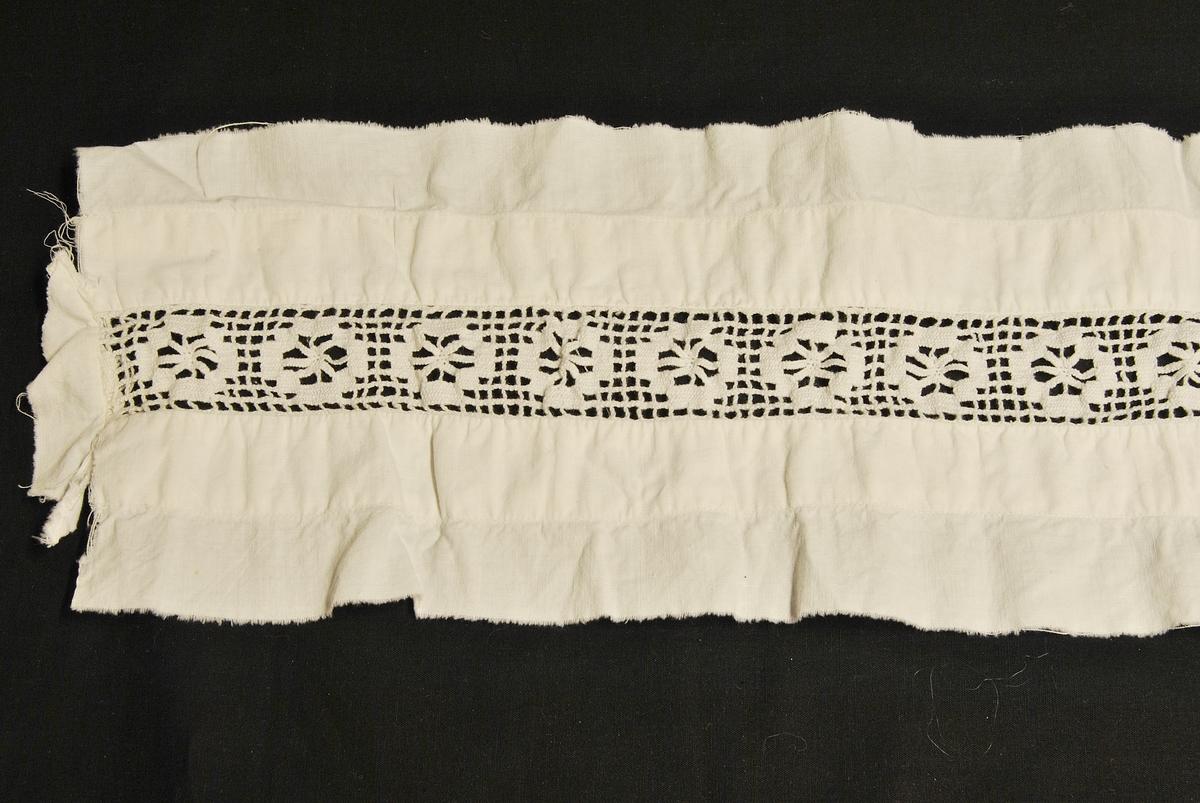 Langt, rektangulært tøystykke med et heklet felt på midten. Giver opplyser at det er en rest av et putevar.