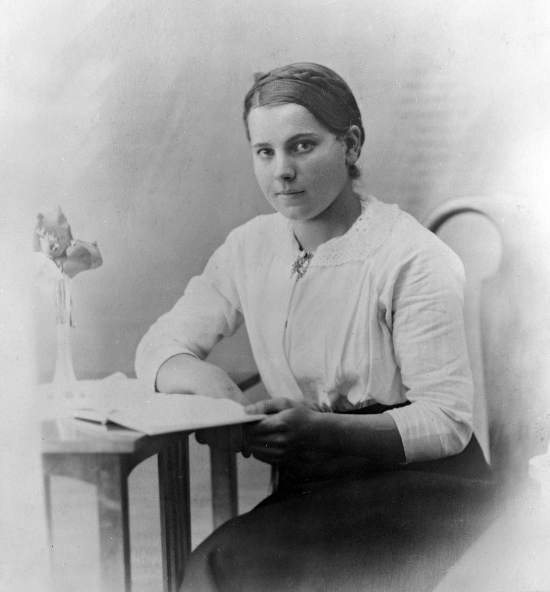 Gudrun Sæther, Sig Ts kone Ungdomsbilde Gudrun Sæter før de giftet seg, f 1900,  g 1926 Sig T. Bjorli