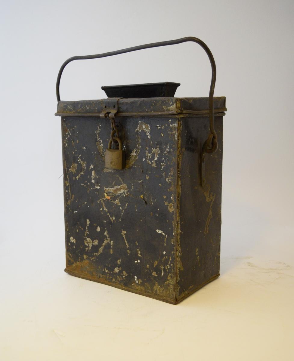 Firkantet kasse med lokk festet med hengsle og hengelås. Smal rektangulær åpning midt i lokket med trakt. Hank festet på sidene.