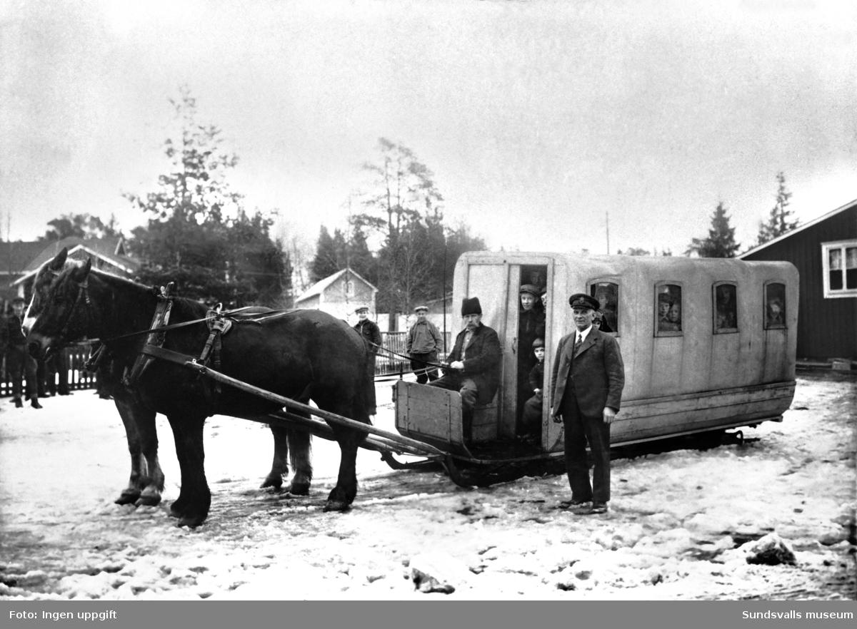 Hästdragen omnibuss på medar som gick mellan Njurundabommen och Kubikenborg (ändhållplatsen för spårvagnen). Kusken heter Johan Hallén. Åkaren och ägaren Johannes Svensson till höger. Bilden är en rekonstruktion från 1930-talet då vanliga bussar tagit över transporterna.  På tjugotalet ordnade åkaren Johannes Svensson busstrafik på vintrarna och Helge Björk byggde en av de första diligenserna åt honom. Den kördes av parhästar, var täckt med en presenningsduk och hade en längd av 8 meter. I ena hörnet stod en fotogenkamin. Kusken satt utanför på kuskbocken och inne i vagnen rymdes c:a 18 passagerare. En tung last när det var dåligt vinterföre.