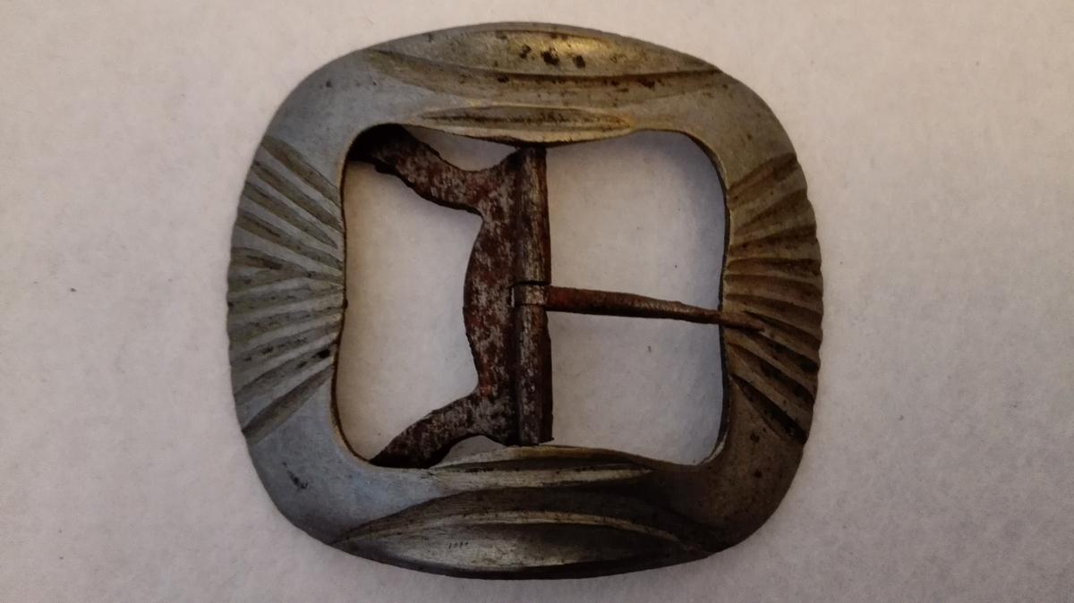 4 skospender (355-358) av nysølv. Spenderne forarbeidet av Erik E. Loftesnesd d.æ. og foræret mig av dernnes søn Ole E. Offerdal JUli 1900. De to største er for mandssko, de to mindste for kvindesko. Støpte.