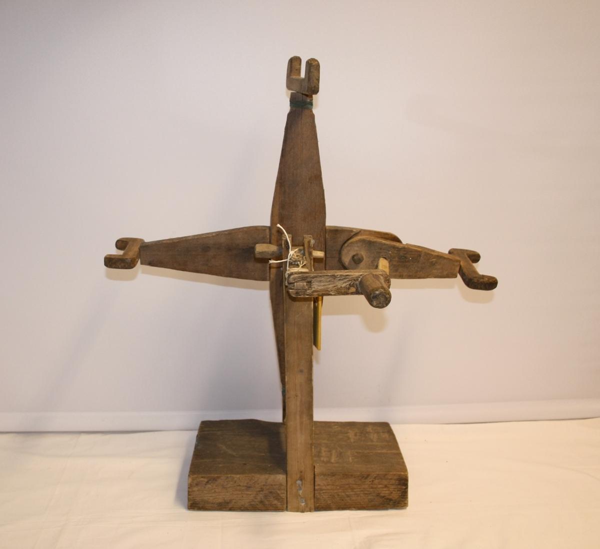 Heimelaga hespetre av til å stå på bordet. Spolehjulet er vertikalt montert med sveiv i og står på ein trekloss.