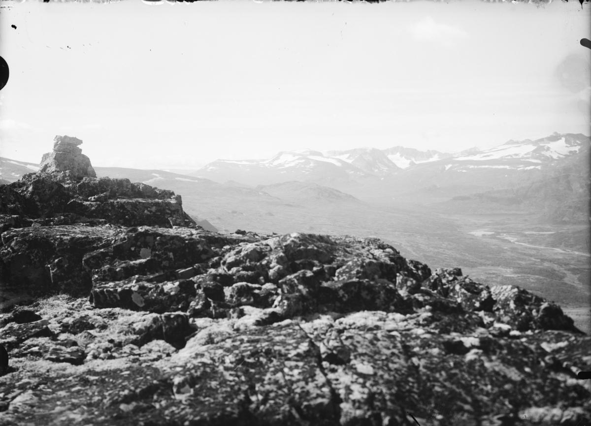 Utsikt over fjelllandskap fra fjelltopp med varde