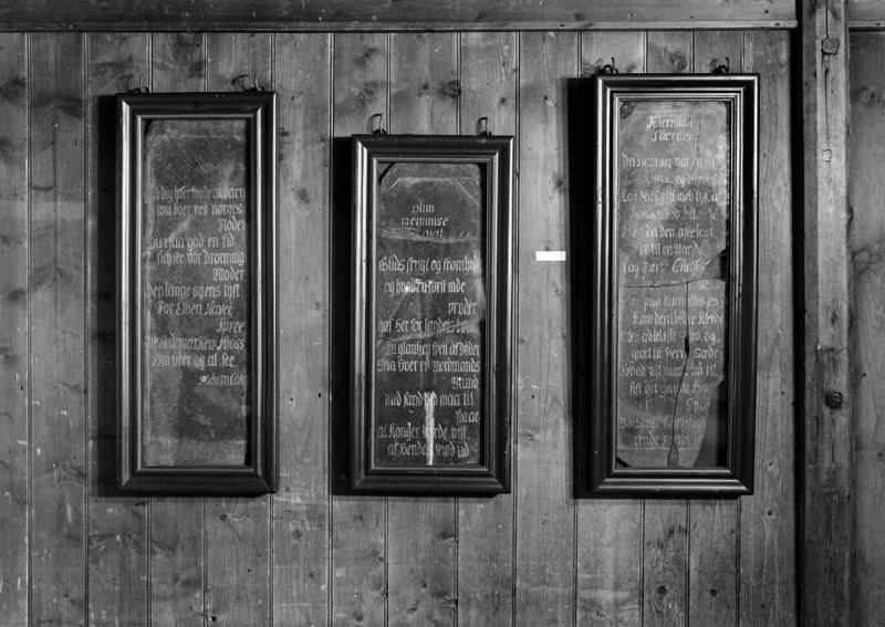 Minnetavler fra kong Christian 6.'s norgesbesøk i 1733 ble tidligere vist fram i glass og trerammer. (Foto/Photo)