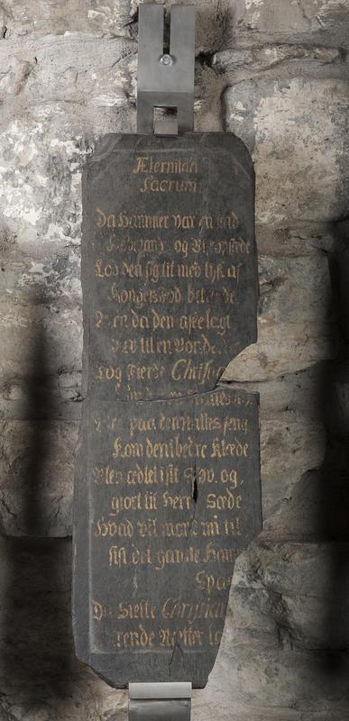 Minnetavle i svart skifer med gullskrift som gjengir en hyllest til kong Christian 6. under hans norgesreise i 1733.
