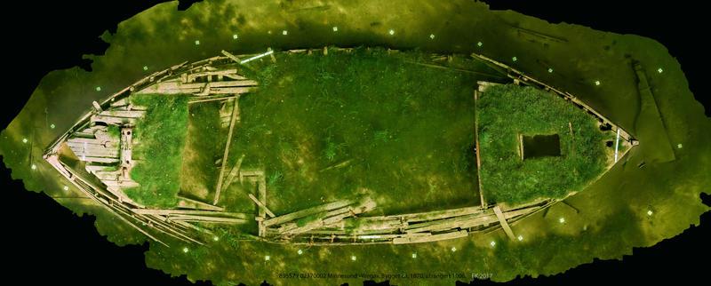Ortofoto basert på fotogrammetri av mjøsjakta Wega. Vraket ses ovenfra. Dekket er nesten helt overgrodd av vegetasjon, mest mose. (Foto/Photo)