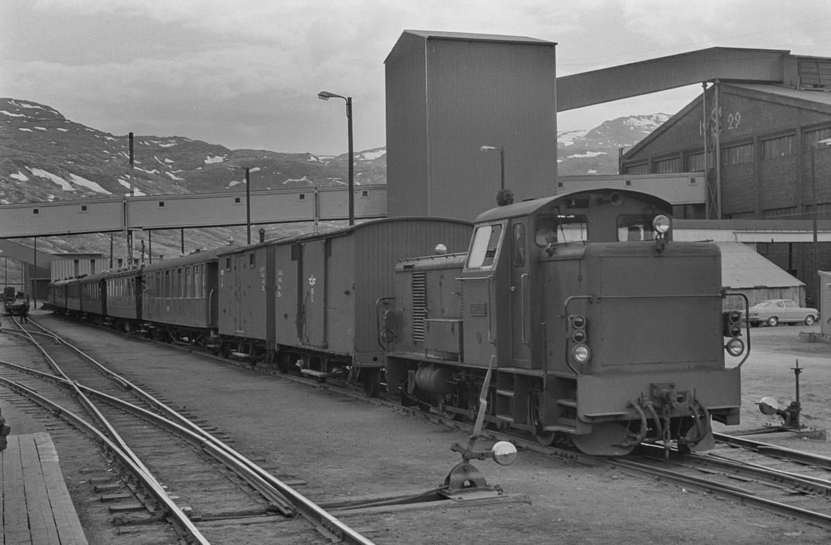 Sulitjelmabanens diesellokomotiv SAULO med mange av Sulitjelmabanens personvogner på Lomi.