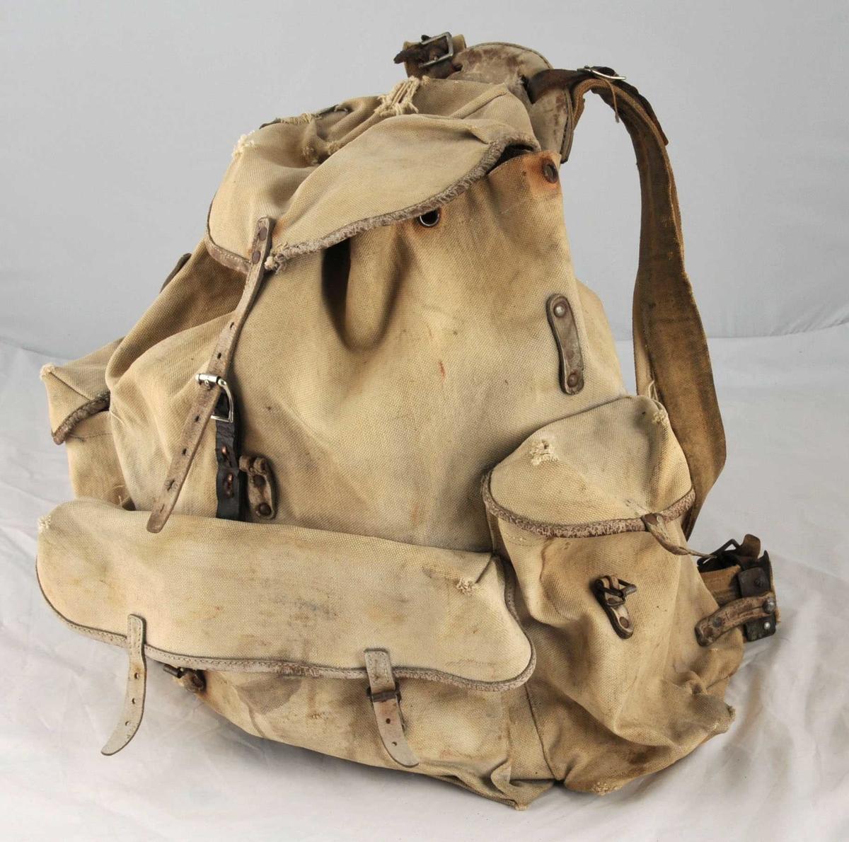 Ryggesekk i lereft. 3 lommer som er sydde til utsida. Bergans Meis modell. Svært slitt.