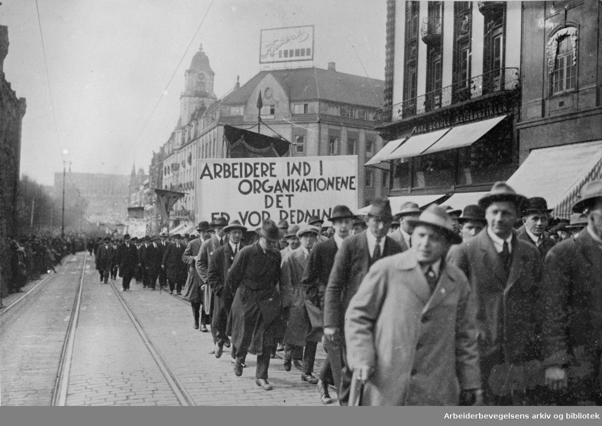 1. mai 1924 i Oslo. Toget på vei nedover Karl Johans gate. Parole: Arbeidere ind i organisationerne. Det er vor redning.